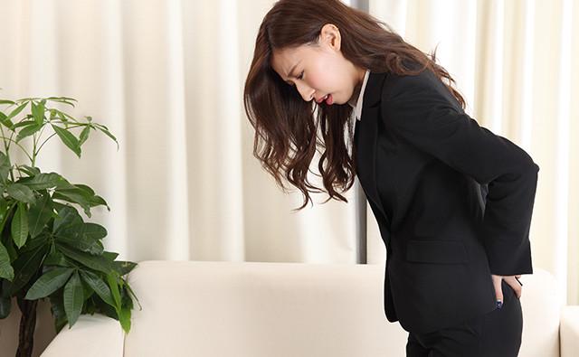 股関節が痛む女性